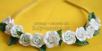 Обруч с белыми розами из полимерной глины