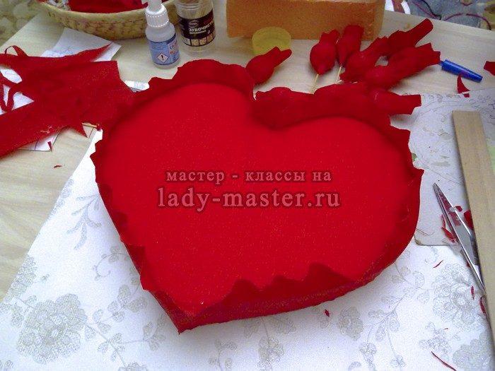 Сердце из конфет и роз в подарок любимым
