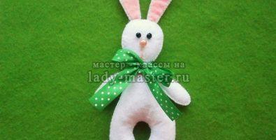 Заяц из фетра с зеленым бантом