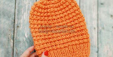 Яркая весенняя шапка спицами
