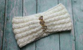 Стильная повязка на голову спицами из белой пряжи