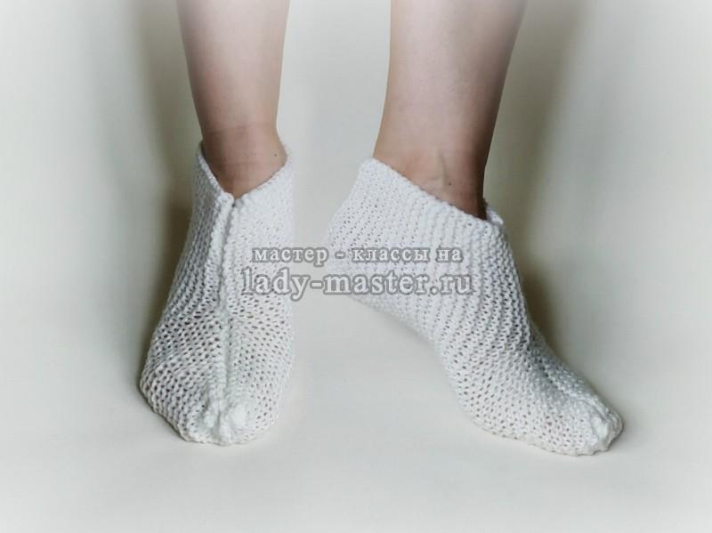 Теплые тапочки-носочки для дома спицами за 1 вечер