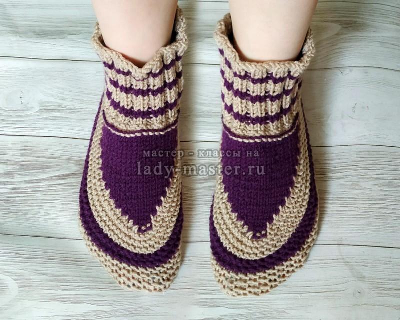 Двухцветные домашние тапочки-носочки на 2-х спицах