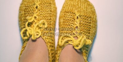 Домашние следки – тапочки со шнуровкой спицами
