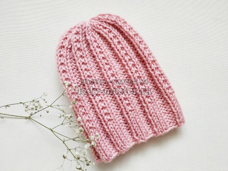 Модная шапка спицами с простым узором