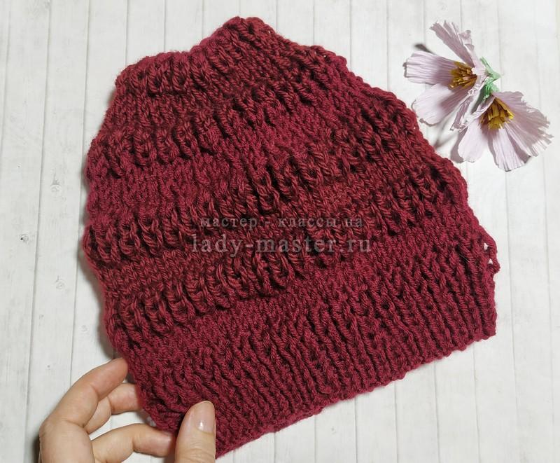 Объемная шапка спицами для модной весны