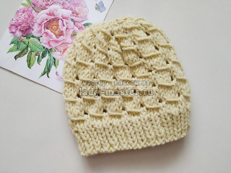 Модная весенняя шапка с простым, но интересным узором спицами