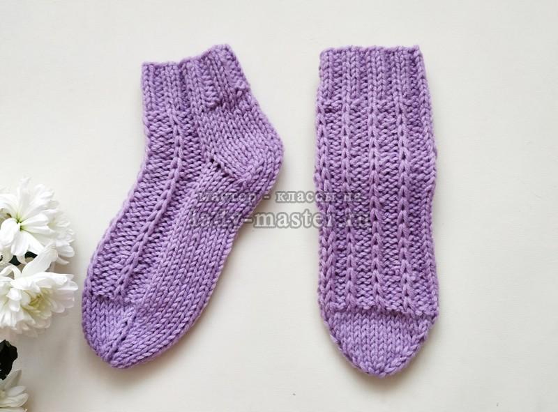 Уютные носочки спицами с красивым узором