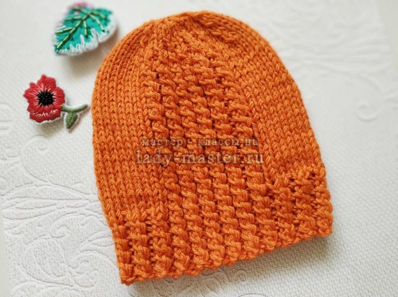 Стильная весенняя шапка спицами