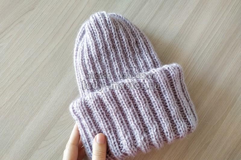 Модная шапка с отворотом спицами