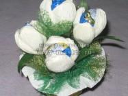 Как сделать букет с конфетами из белых крокусов, мастер — класс