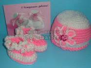 Нежно — розовые шапочка и пинетки для девочки