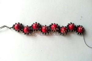 Стильный браслет из бусин