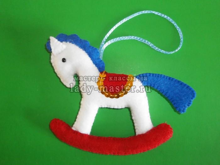 Елочная игрушка «Белая лошадка»