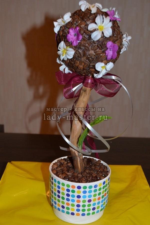 Топиарий с цветочками из кофейных зёрен