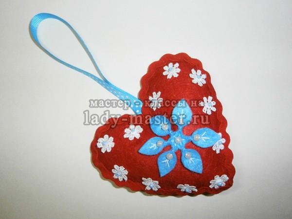 Новогодняя игрушка «Сердечко со снежинкой» своими руками