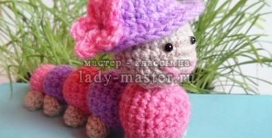 Веселая розовая гусеница, связанная крючком