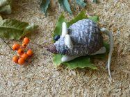 Мышка из шишек и пластилина