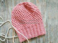 Стильная розовая шапка с жемчужным узором спицами