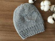 Стильная шапка с рисунком сердечко спицами