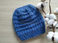 Простая шапочка спицами из синей пряжи