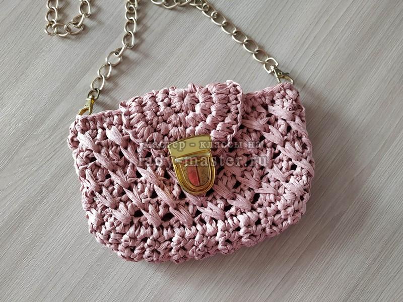 Маленькая летняя сумочка из рафии с застежкой крючком