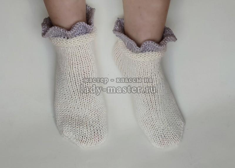 Уютные носки с рюшами, связанные спицами